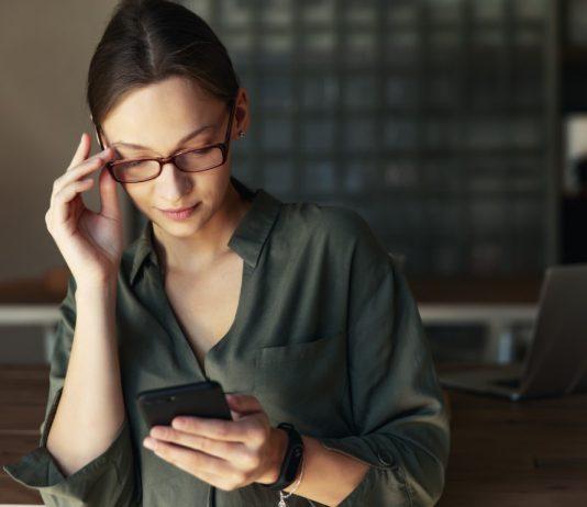 Дама използва мобилно приложение за секс игри