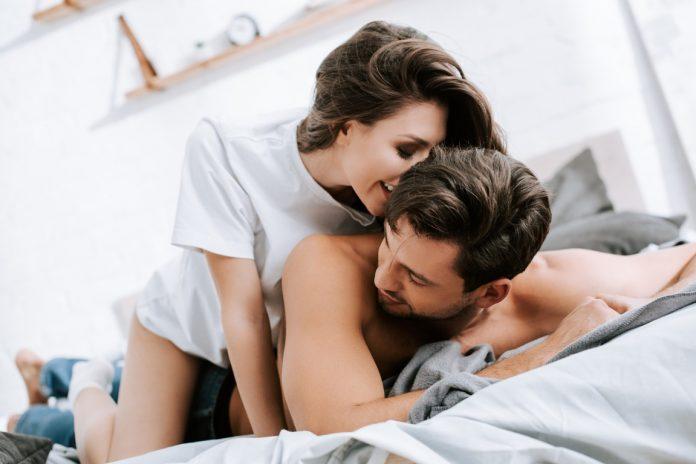 Жена прави масаж на простатната жлеза
